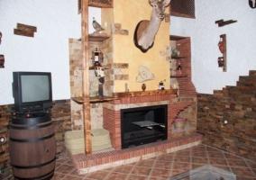 Salón con butacas y chimenea