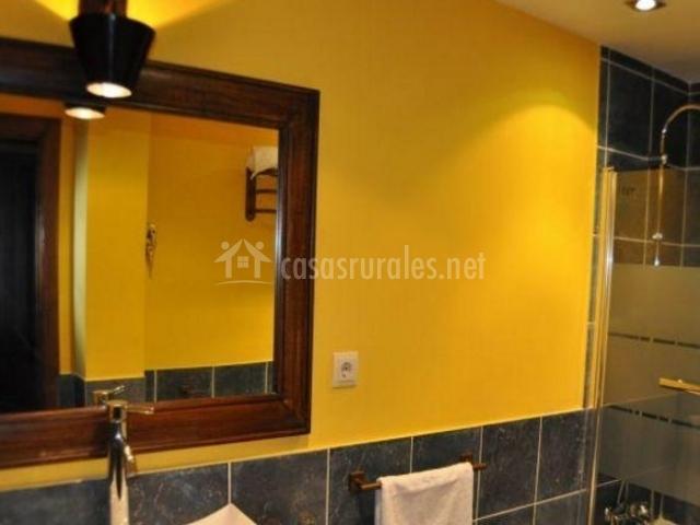 Aseo con detalles amarillos y bañera