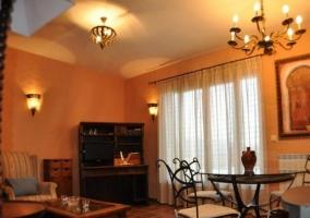 Sala de estar con estufa y pared de piedra