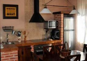 Salón con estufa y televisión