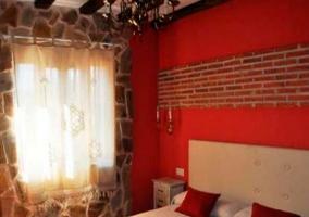 Dormitorio con cama de matrimonio en tonos rojos