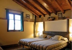Habitación amarilla con camas dobles