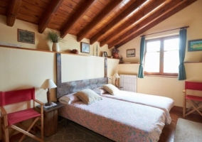 Habitación doble con sillas y ventana