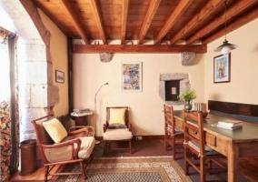 Sala de estar de madera y piedra