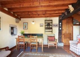 Salón comedor con alfombras