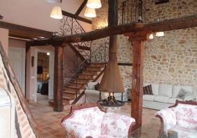 Salón con sillones y escaleras