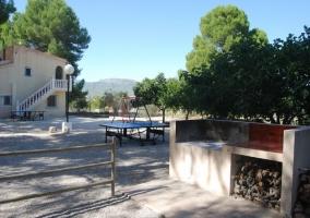 Barbacoas, mesa de pinpong, columpios y vista de la casa vecina