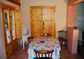 Comedor con mesa, sillas y mantel estampado