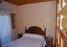 Dormitorio doble con cama de matrimonio y mesillas