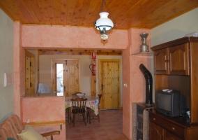 Salón con estufa de leña y comedor contiguo