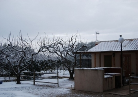 Vista exterior de las casas con nieve