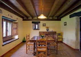 Salón comedor de la casa con sillones, mesa y sillas