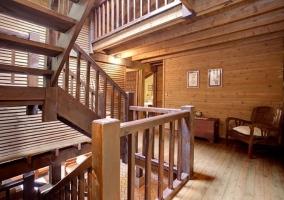 Entrada al alojamiento y escaleras al primer piso junto al salón