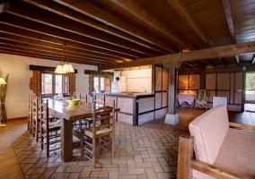 Salón con chimenea, mesa y asientos