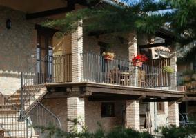 Vista exterior del alojamiento con escaleras y terraza