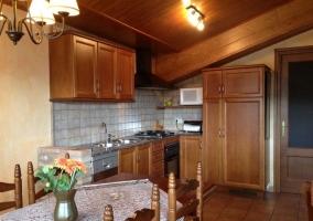 Cocina equipada y mesa de comedor