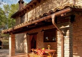 Piscina exterior con pradera y muebles de exterior