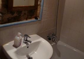 Baño con lavabo