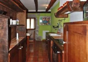 Cocina con armarios de madera