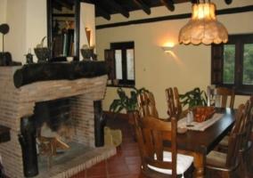 Fachada de la casa Molino de color blanco y con plantas