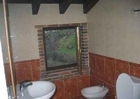 Cuarto de baño con ventana de ladrillo