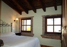 Dormitorio de matrimonio con vigas de madera