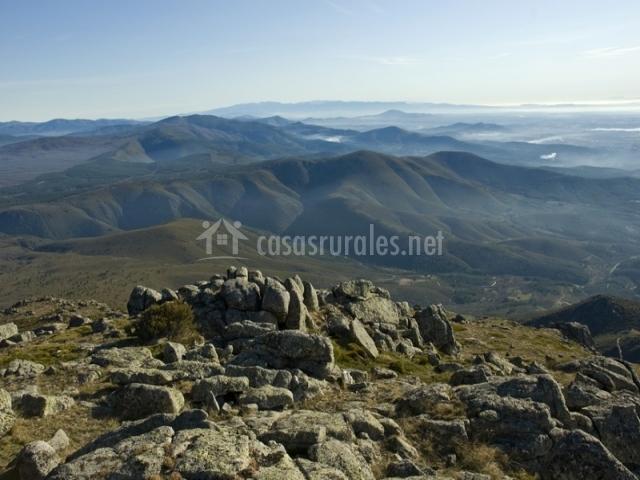 Vista de la Sierra de Gata con rocas