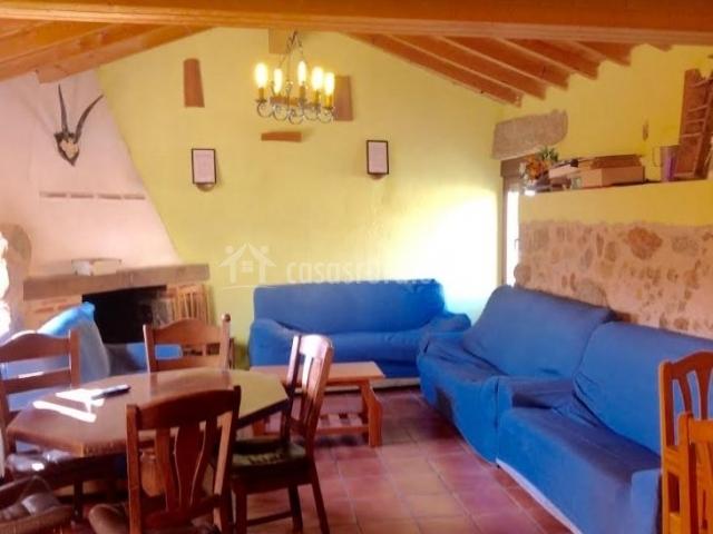 Sala de estar con chimenea y sillones azules