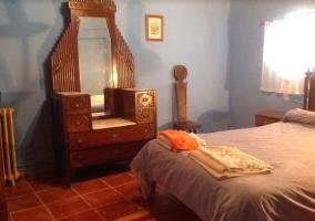 Dormitorio de matrimonio y sus muebles