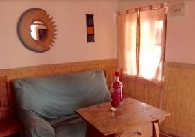 Sala de estar con mesa robusta