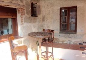 Vistas de los exteriores con mesa
