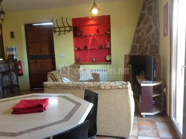Sala de estar con mesa y chimenea