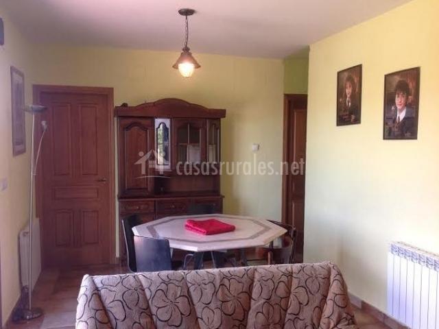 Sala de estar con mesa y muebles de madera