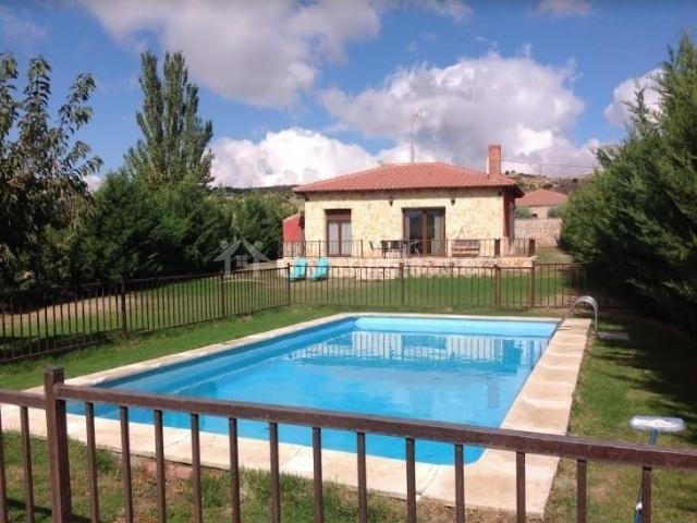 Vistas de la piscina con valla