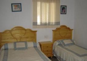 Dormitorio con mesillas de noche y espejo