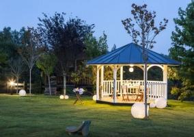 Jardín y pérgola por la noche