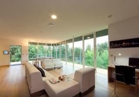 Sofás y ventanal