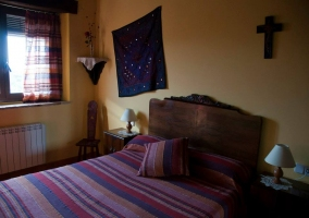 Dormitorio con ventana en tonos morados