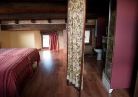 Baño y dormitorio separado por un biombo