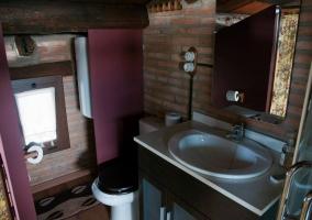 Lavabo del baño con paredes de ladrillo