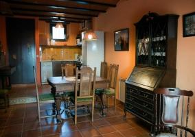 Mesa de comedor y mueble con vitrina