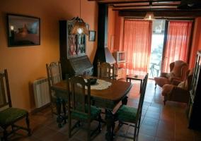 Salón y comedor con sillas tapizadas en verde