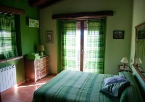Dormitorio y cómoda rústica