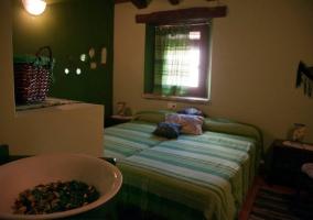 Dormitorio doble con adornos de cerámica
