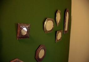 Detalles de la pared con espejos de hojalata