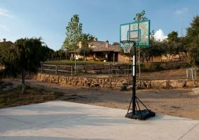 Cancha de baloncesto ubicada en el jardín