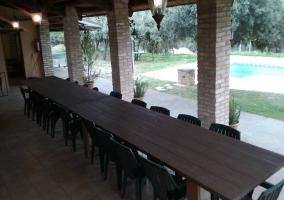Mesa del porche con vistas a la piscina