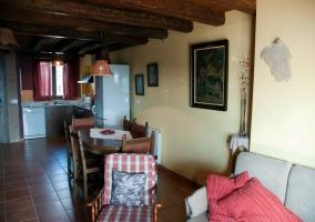 Salón y cocina con techo de madera