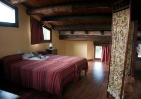 Dormitorio abuhardillado y biombo