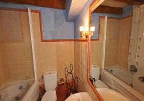Habitación  con dos camas azules